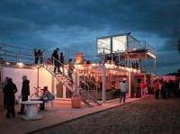 : Container architecture, se la spiaggia abbandonata diventa centro culturale -   Il progetto dello studio polacco Mode:Lina fa ampio uso di container, pallet e materiali temporanei per generare uno spazio dedicato alla socializzazione e alla cultura