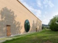 Terra e pietra locale per il nuovo centro Ricola in Svizzera (Herzog & De Meuron)