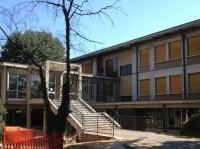 manutenzione: Un caso di miglioramento sismico localizzato -   L'intervento di rinforzo sull'edificio degli anni '60, sede della Scuola media di Cernusco sul Naviglio con il sistema Ruregold, per garantire la durata nel tempo