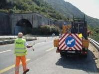 manutenzione: Costruzione di una galleria lungo la salita al Passo Rolle -   Lavori di messa in sicurezza per la statale 50