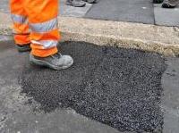 manutenzione: Milano sperimenta il 'super-asfalto' a reazione meccanica -   Dopo 30 anni di materiali inadeguati, Palazzo Marino ha cominciato a usare un asfalto speciale per risolvere il problema delle buche