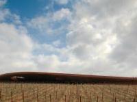 varie: Cantina Antinori, una cattedrale del vino nel cuore del Chianti -   Costruita sbancando una collina e poi ricoprendo di terra e vigneti l�edificio, la struttura ha vinto, nella categoria