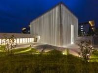 strutture: Cemento bianco per il 'velario' della nuova chiesa dell'ospedale San Giovanni XXIII -   Sorge a Bergamo il luogo di culto progettato da Aymeric Zublena e realizzato con calcestruzzo messo a punto presso l'i.lab, il centro ricerca di Italcementi