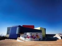 strutture: Il Soweto Theatre: la ceramica italiana e' di scena -   Le forme curvilinee dell'edificio in Sudafrica esaltate dai colori vivaci di Ceramica Vogue, a conferma del successo all'estero del settore ceramico made in Italy